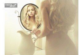 Mooi meisje zichzelf kijken in een spiegel