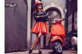 Mooie vrouw in de buurt van rode scooter