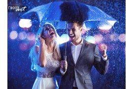 Fashion stijl portret van een paar poseren in het regenachtige weer