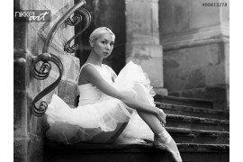 Jonge ballerina vrouw poseren op trappen