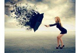 Vrouw en een paraplu