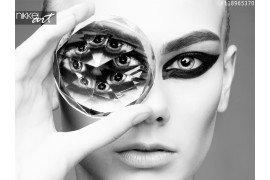 Model meisje met een grote diamant