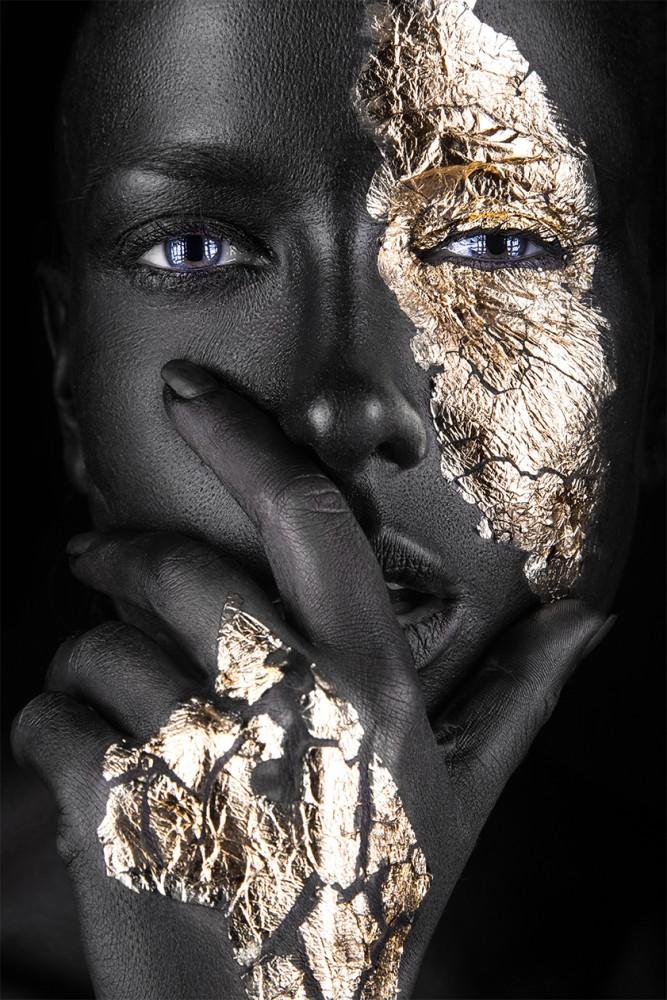 Vrouw met gouden accenten  92065752