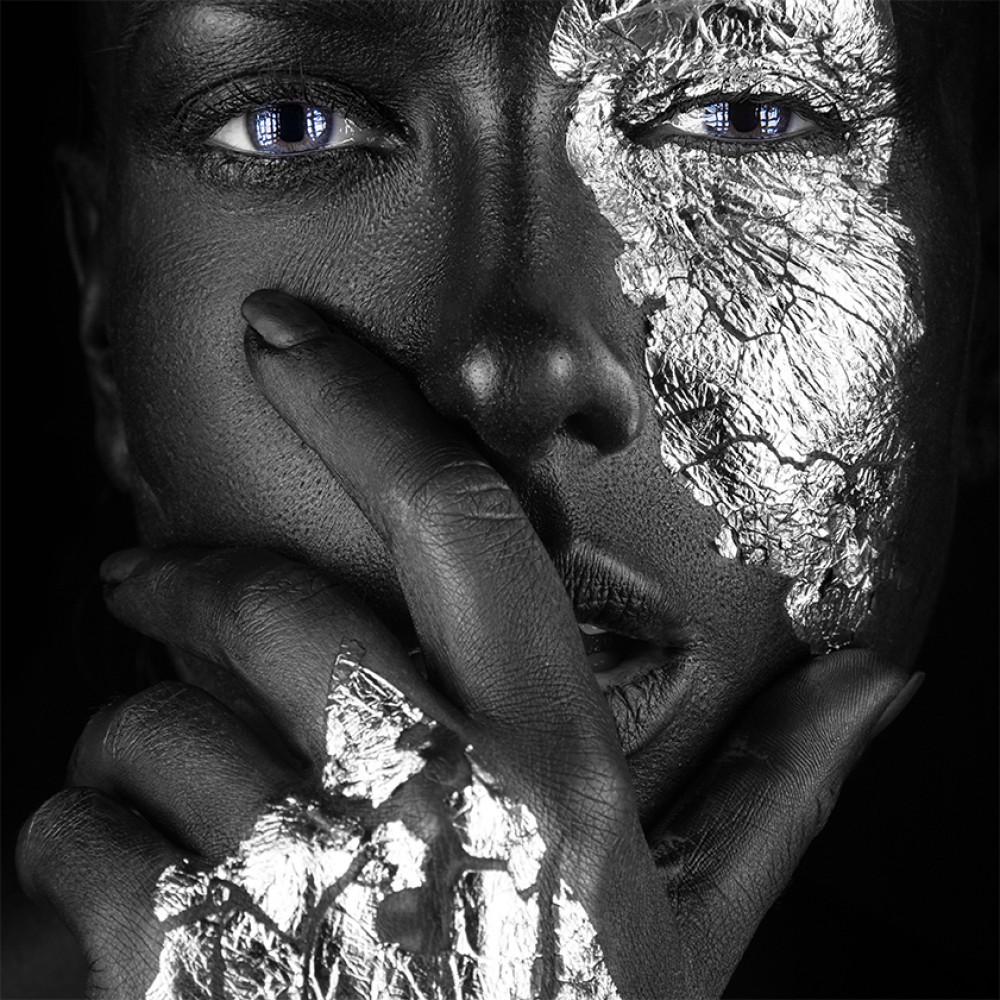Vrouw met zilvere accenten  94081891