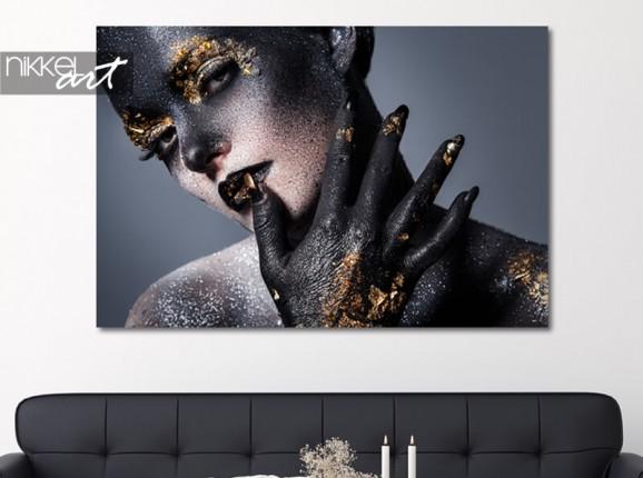 Portret met gouden details op aluminium