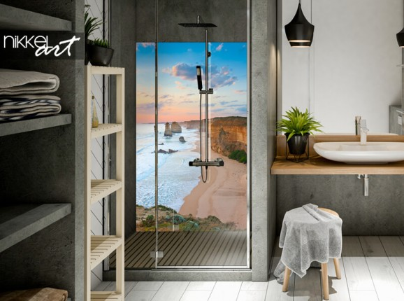 Glazen badkamer achterwand met strand